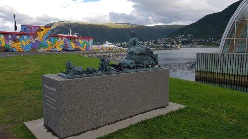 Exploratorul Hanssen, tras de caini, comemorat; graffiti din planul secund combatand prea multul alb, cenusiu.