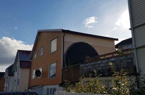 O casa din trei-patru dispune - suspect - de trambulina. Pentru vecini care iti sar in ajutor...