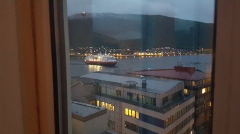 Vas de croaziera sosind pe inserat in Tromso. Am iesit sa-l intampin. E totusi o scena obisnuita.